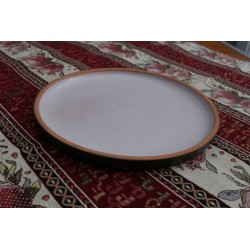 Круглая и плоская тарелка